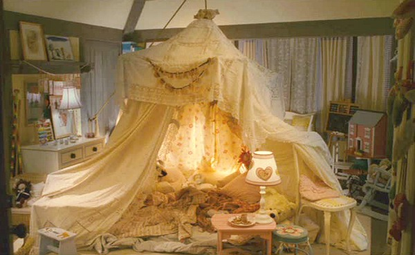 The-Holiday-Mill-House-girls-bedroom-tent